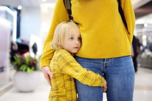 Barn krammer voksen