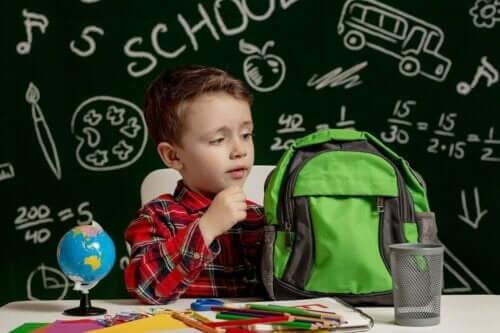 Dreng i klasseværelse er i gang med processen med at diagnosticere ordblindhed