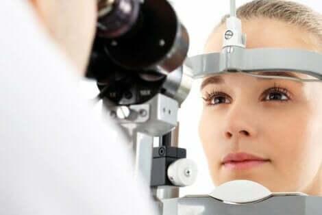 En øjenlæge tjekket klient
