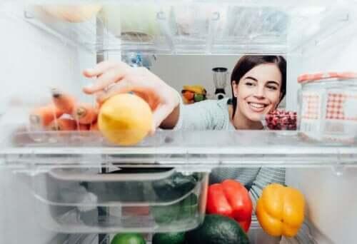 Kvinde tager citron i køleskab
