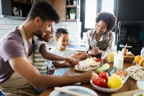 Familie laver mad sammen for at sikre god ernæring til børn