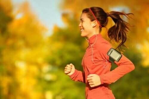 Kvinde motionerer ved at kombinere gang og løb