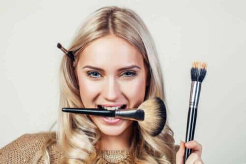 Kvinde med makeupbørster