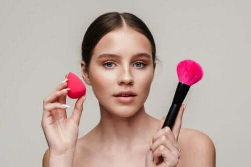 Kvinde med redskaber til at lægge makeup