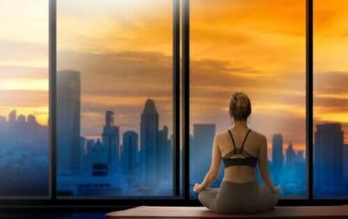 Kvinde mediterer som en del af SAVERS metoden