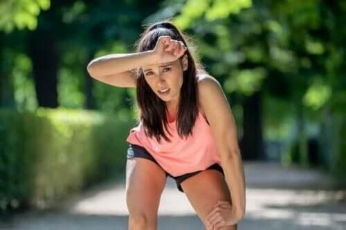 Kvinde er træt under træning