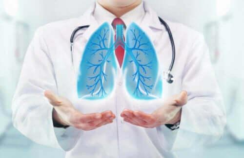Læge med illustration af lunger