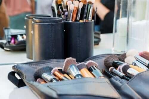 Tips til at holde makeuptasken ren