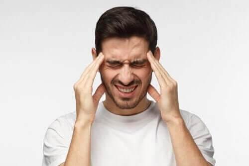 Mand med migræne, hvilket kan forårsage besvimelse