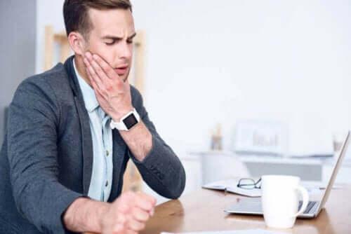 Mand med ondt i kæbe oplever temporomandibulær dysfunktion