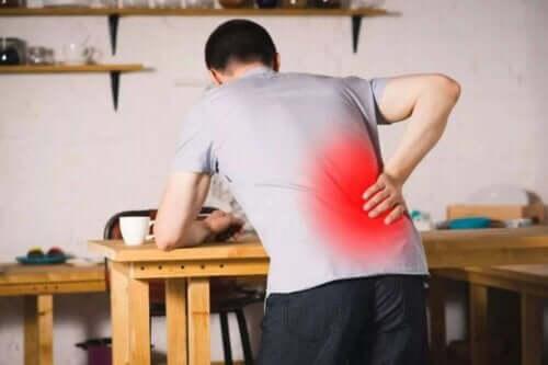 Mand med ondt i ryggen
