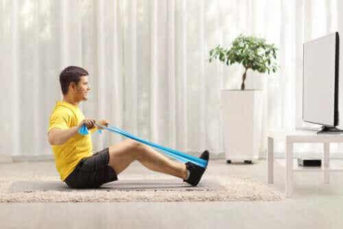 Øvelser med elastik til at styrke ryggen