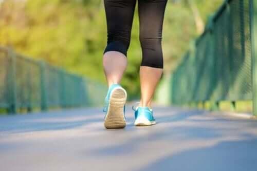 Person motionerer ved at kombinere gang og løb