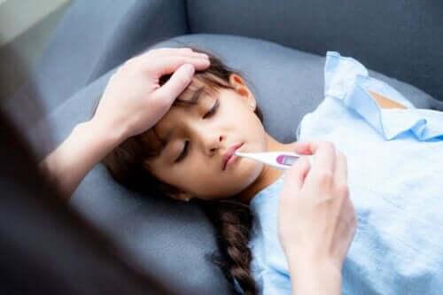Pige med høj feber