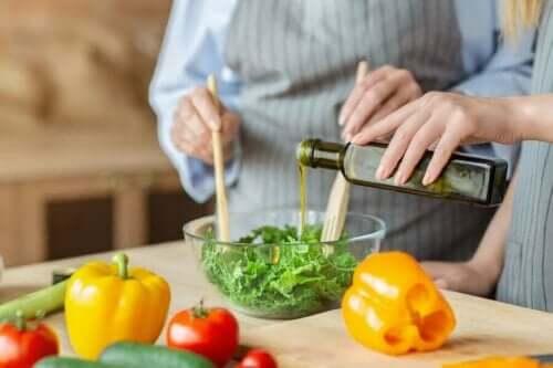Personer laver salat med olivenolie