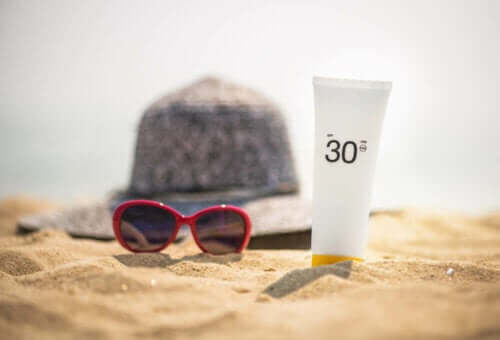 Solcreme og solbeskyttelse på stranden