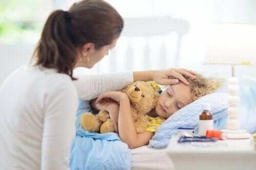 Sygt barn plejes af kvinde