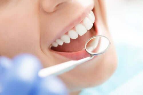 Tjek af tænder med lille spejl