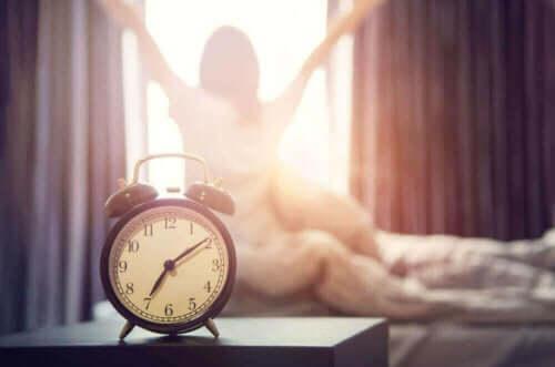 Vækkeur foran kvinde, der er klar til at starte dagen med SAVERS metoden