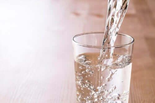 Vand hældes i glas