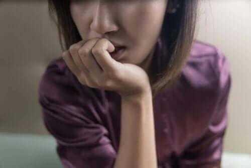 Kvinde, der bider negle, oplever takykardi og angst