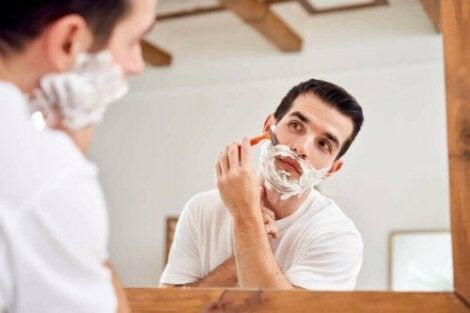 Mand anvender barberskum for at undgå fejl ved barbering