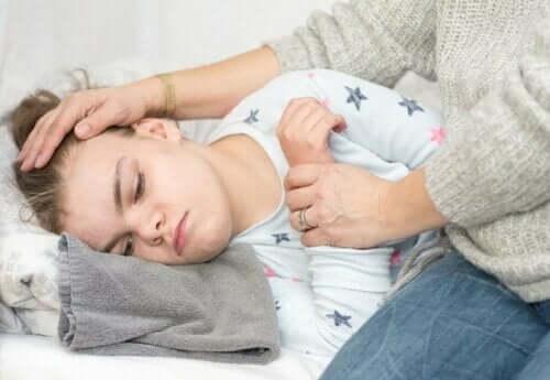 Barn med feber ligger i seng