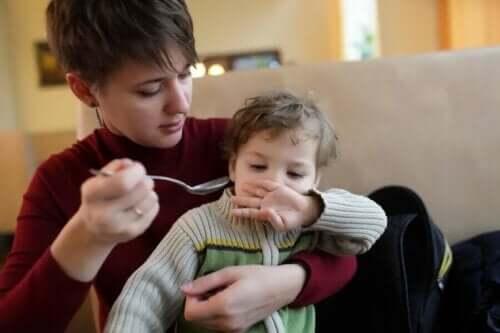 Kvinde mader lille dreng