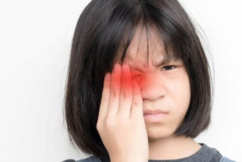Barn med smerte i øje