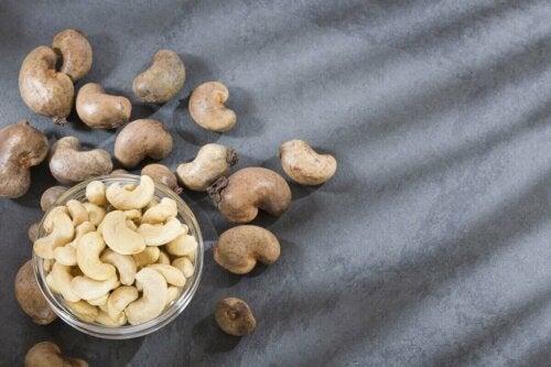 Cashewnødder i skål til at lave cashewcreme