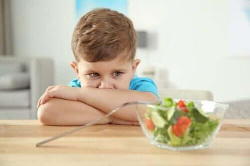 Dreng ser på salat