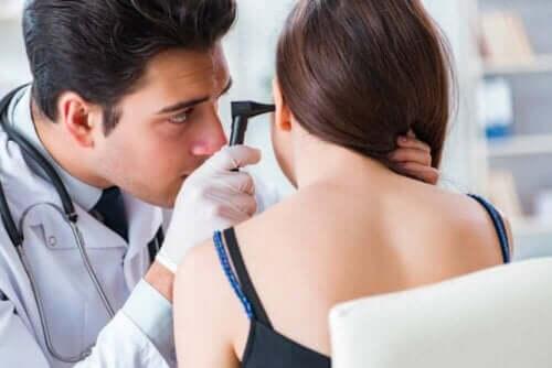 Ørelæge tjekker piges øre
