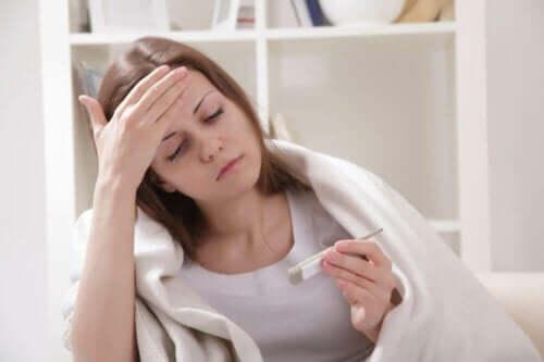 Kvinde holder øje med kropstemperaturen