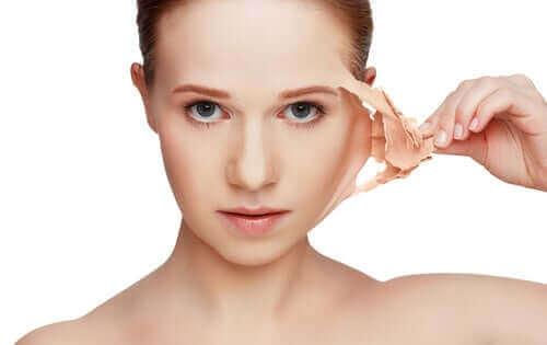 Kvinde illustrerer fornyelse af huden ved at hive gammel hud af