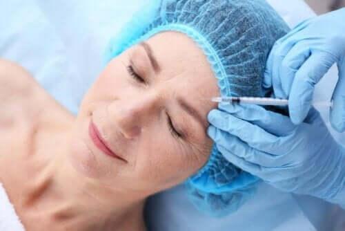Kvinde får indsprøjtning som del af ansigtsbehandling