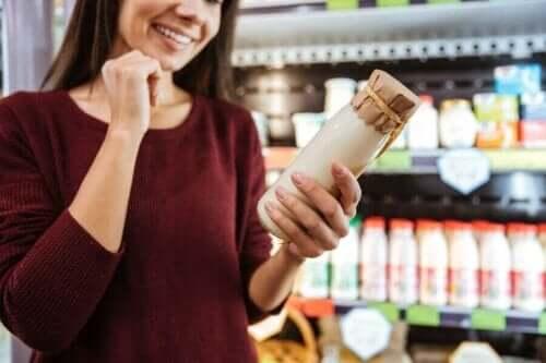 Kvinde med yoghurt i hånden