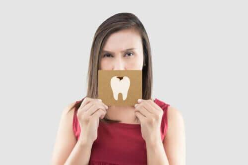 Kvinde med tegning af huller i tænderne