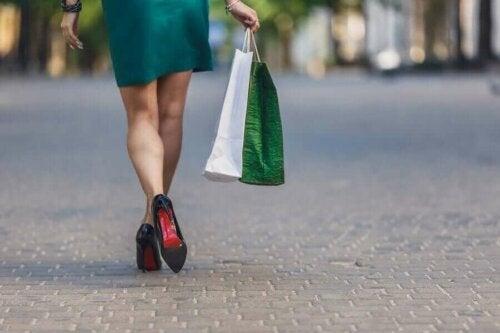 Kvinde med indkøbspose er afhængig af at shoppe