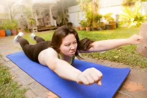 Kvinde motionerer udenfor