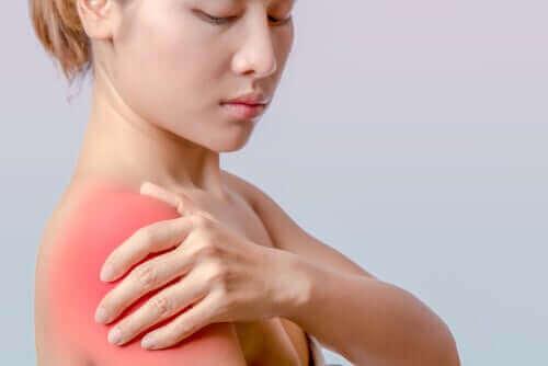 Kvinde med senebetændelse i skulderen