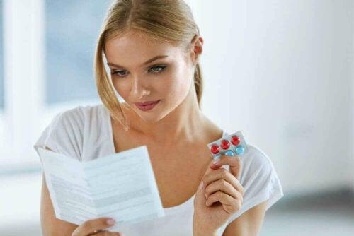 Kvinde med smertestillende piller
