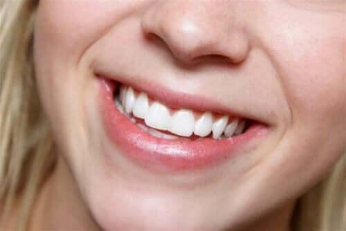 Kvinde smiler med åben mund