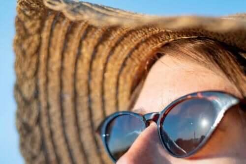 Kvinde med solbriller og stråhat