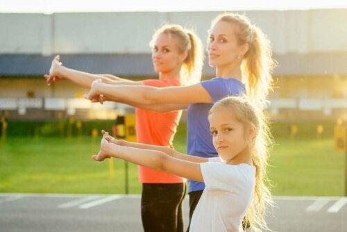 Kvinde og pige motionerer ved at anvende crossfit øvelser til børn