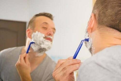 Mand prøver at undgå fejl ved barbering