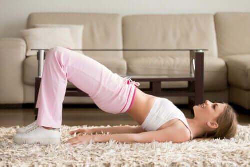 Kvinde laver øvelser til skæv ryg