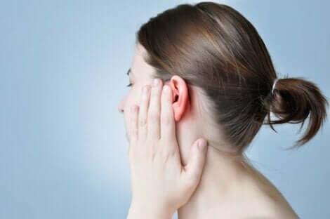 Kvinde tager sig til øre