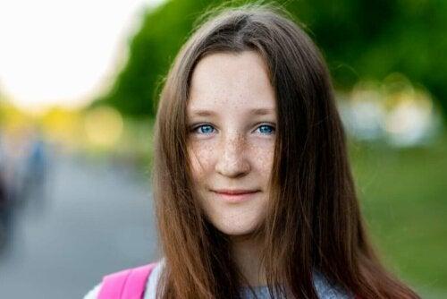 Pige med fregner og blå øjne