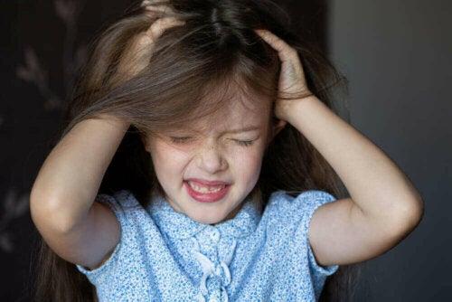 Pige viser, at hvis man hiver i håret, kan det føre til hårtab i barndommen