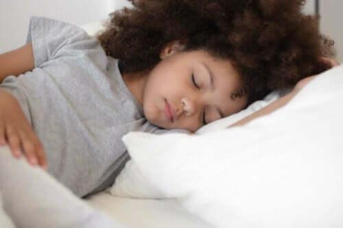 Pige sover i seng